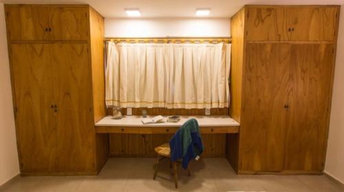 Habitación con escritorio